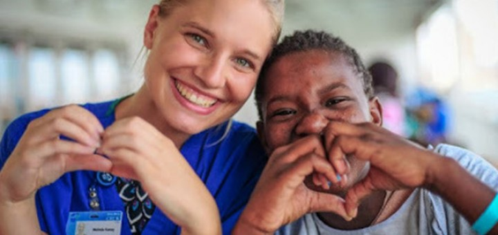 Nurse-smiles-laughs-with-African-patient